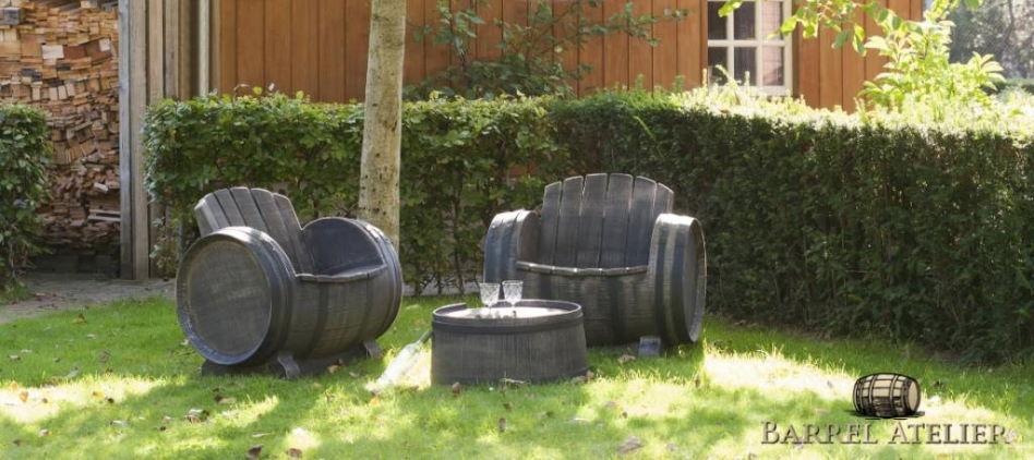 Unieke wijnvat meubels in een tuin