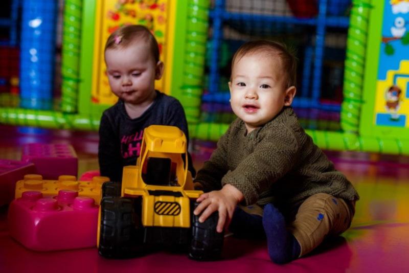 spelende kinderen in indoor speeltuin van Ballorig